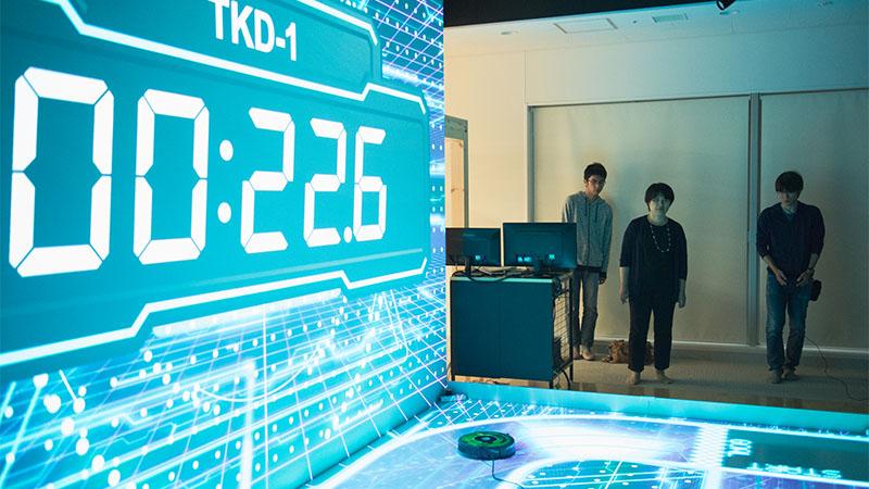 東海大学の研究室にて、ロボット掃除機とプロジェクションマッピングを用いた実験